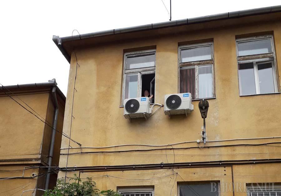Fetița la geamul spitalului (Sursă foto: ebihoreanul.ro)