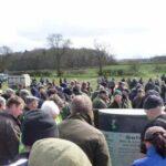 200 de fermieri au rămas tăcuţi în timpul unei licitaţii pentru ca un tânăr să poată răscumpăra ferma familiei sale