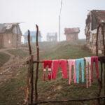 Caz șocant în cea mai săracă comunitate din România. O fetiță de 10 ani a fost violată și a primit gumă de mestecat ca să tacă