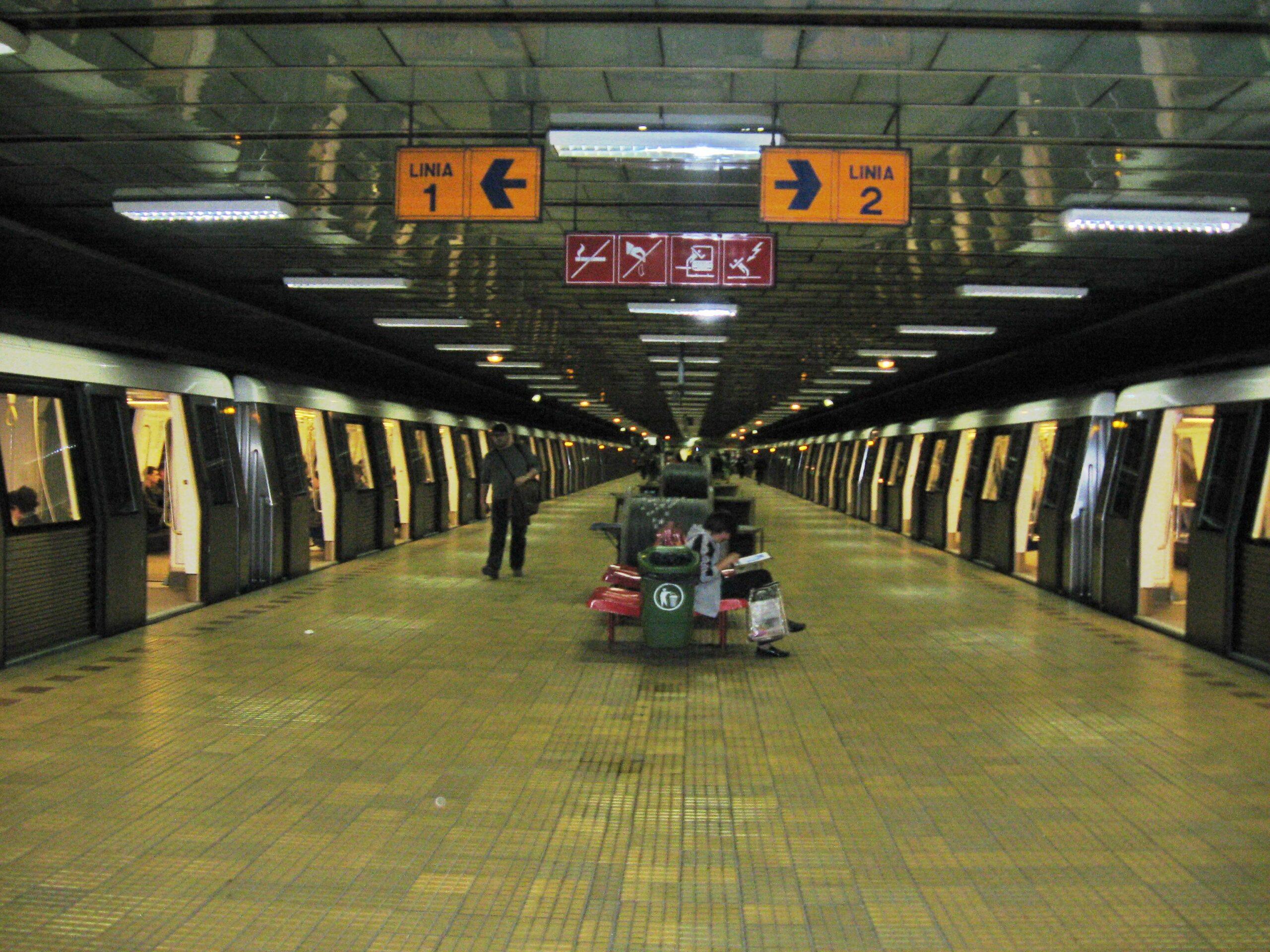 Conductorii de la metrou obligați, să se pupe între ei la schimbul de tură, în plină pandemie. EXCLUSIV