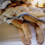 Și-a prins fiica dormind în pat cu un străin! Reacția tatălui a fost neașteptată, dar ceea ce a urmat a fost mai mult decât tulburător!