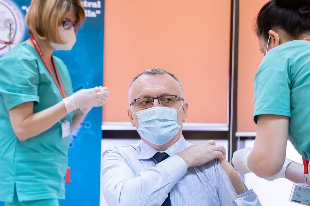 """Ministrul Educației explică de ce a purtat cămașă """"cu fereastră"""" la vaccinare"""