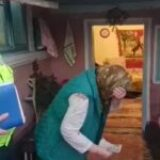 O bătrână izbuncnește în plâns când polițiștii îi înapoiază 8.000 de lei furați de un hoț