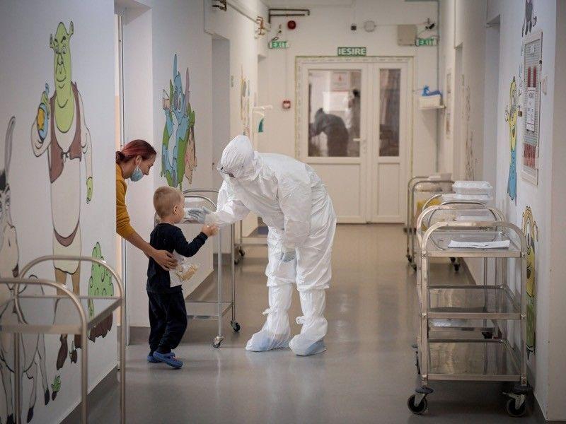 Un gest de dragoste! O asistentă ține în brațe un copil cu COVID