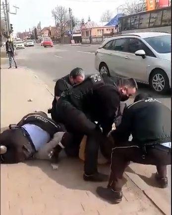 Scene halucinante în Neamț! Bărbat pus la pământ și încătușat pentru că nu purta mască de protecție