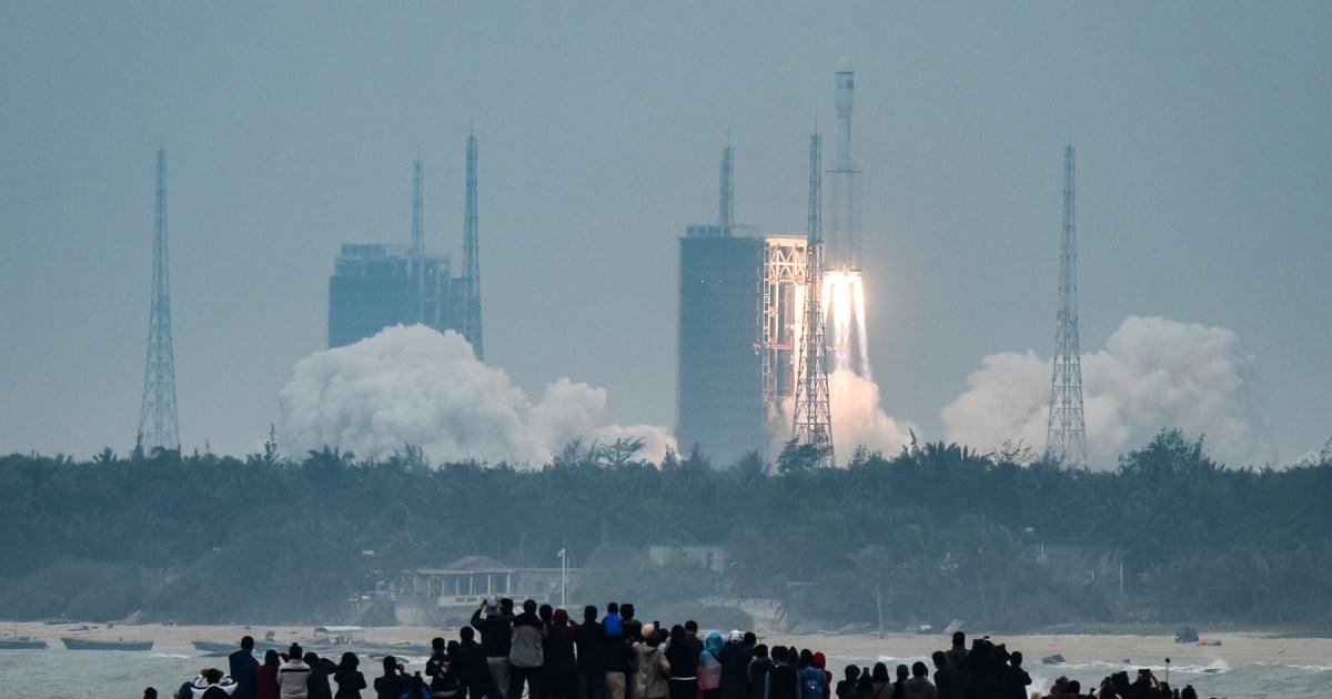 """Prima imagine cu racheta chineză scăpată de sub control: """"Rămâneți în case"""""""