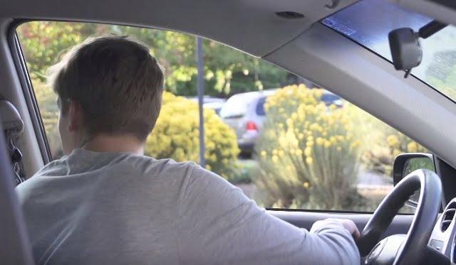 De ce deschid olandezii ușa de la mașină cu mâna dreaptă? Vei face și tu asta!