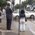 Cum a apărut îmbrăcată o tânără, într-o stație de autobuz din București. Reacția bătrânului